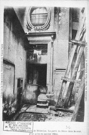 174  Ancienne faculté de médecine. Porte du Dôme dans la cour