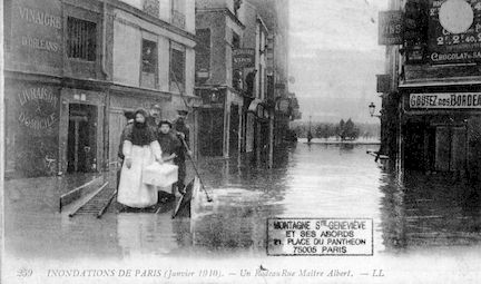 284 Inondation de Paris (janvier 1910). Un radeau rue Maitre Albert