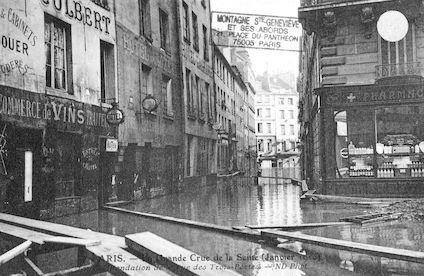 301 La grande crue de la Seine (janvier 1910). Inondation de la rue des Trois -Portes