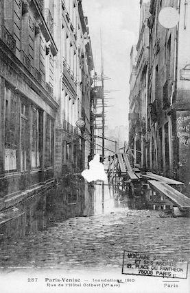 302 Paris-Venise. Inondations 1910. Rue de l'Hôtel colbert