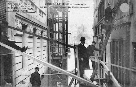 303 Crue de la Seine. janvier 1910. Hôtel Colbert. Un escalier improvisé