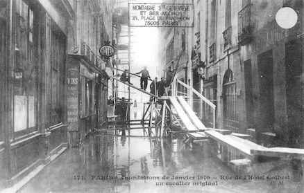 312 Inondations de Janvier 1910. Rue de l'hôtel Colbert. Un escalier original