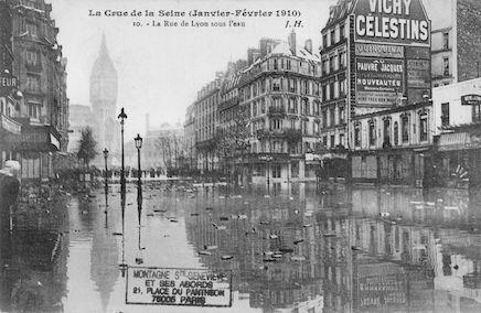 328 La crue de la Seine (janvier-février1910). La rue de Lyon sous l'eau