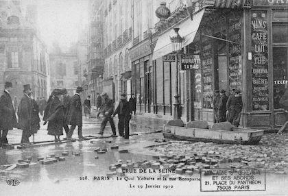 332D Crue de la Seine. Le quai Voltaire et la rue Bonaparte le 29 janvier 1910