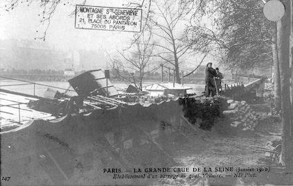 337 La grande crue de la Seine ( janvier 1910) Etablissement d'un barrage au quai Voltaire