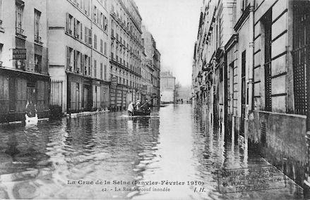 342 La crue de la Seine (janvier-février 1910). La rue Surcouf inondée