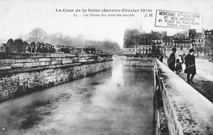 349 La crue de la Seine (janvier-février1910) Les fossés des Invalides inondés