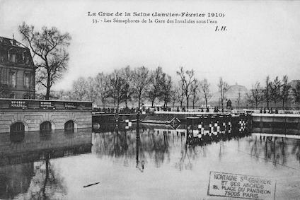 352 Crue de la Seine (jan-fév 1910) Sémaphores de la gare des Invalides sous l'eau