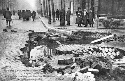 357 Après l'inondation, boulevard Haussmann, la chaussée s'effondre