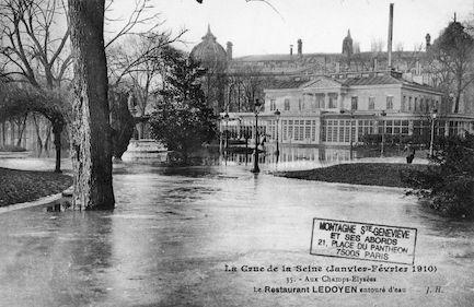 360 La crue de la Seine (janvier-février 1910). Champs Elysées le restaurant LEDOYEN