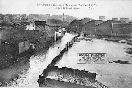 364 La crue de la Seine (janvier-février 1910). La rue du Loiret inondée