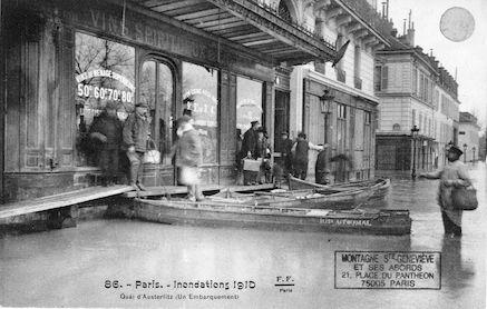 367 Inondations 1910. Quai d'Austerlitz. Un embarquement