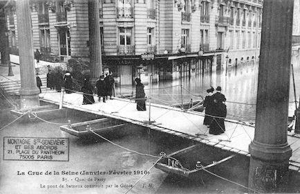 374 Crue de la Seine (jan-fév 1910) Quai de Passy. Pont de bateaux