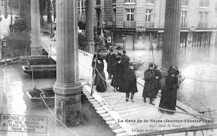 375 Crue de la Seine (jan-fév 1910) Quai de Passy. Pont de bateaux
