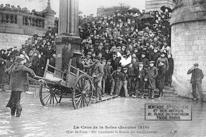 376 La crue de la Seine (janvier 1910) Quai de Passy. Transbordement sur des charettes