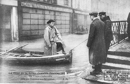 385 Crue de la Seine (jan-fév 1910) Vicaire d'Alfortville aide des sauveteurs