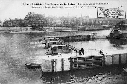 392 Crue de la Seine (jan-fév 1910) Berges de la Seine. Barrage de la Monnnaie