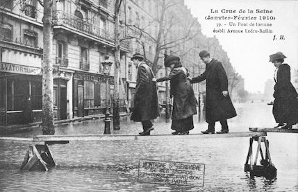 394 Crue de la Seine (jan-fév 1910)  Un pont de fortune établi avenue Ledru-Rollin