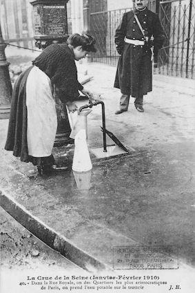 395 Crue de la Seine (jan-fév 1910) Rue Royale, on prend l'eau sur le trottoir