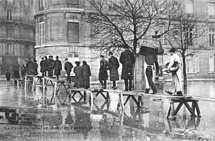 413 La crue de la Seine (janvier-février 1910) Avenue Montaigne. Une passerelle