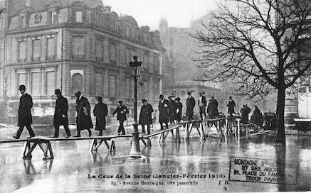 415 La crue de la Seine (janvier-février 1910). Avenue Montaigne.  Une passerelle