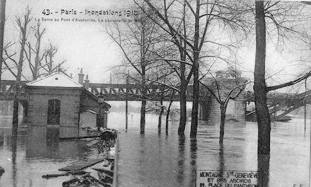 424 Inondations 1910. La Seine au pont d'Austerlitz. La passerelle du Métro