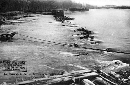 428 Crue de la Seine (jan-fév 1910) Passerelle de l'Estacade détruite par le Génie