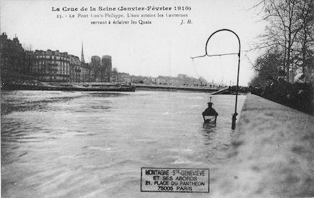430B  Crue de la Seine (jan-fév 1910) Pont Louis Philippe. L'eau atteint les lanternes