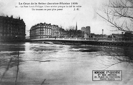 432 Crue de la Seine (jan-fév 1910) Le pont Louis Philippe. Un tonneau y est bloqué