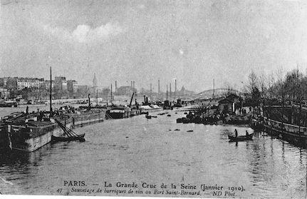 448 Crue de la Seine (jan. 1910) Sauvetage de barriques de vin au Port St Bernard