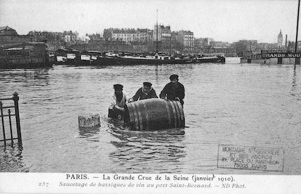 449 Crue de la Seine (jan. 1910) Sauvetage de barriques de vin au port St Bernard