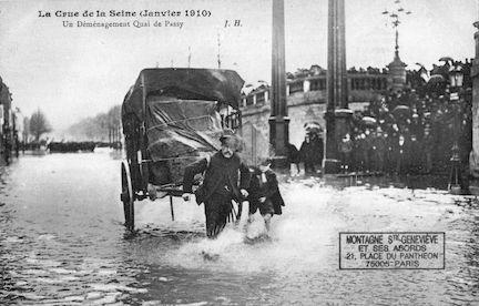 461La crue de la Seine (janvier1910). Un déménagement quai de Passy