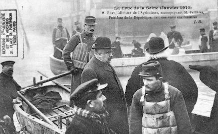 463 La crue de la Seine (jan 1910) M. Ruau accompagnant M. Fallières