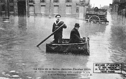 465 Crue de la Seine (jan-fév 1910) Canots en toile acquis par la ville bd Haussmann