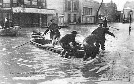 467 La crue de la Seine (janvier 1910) Le ravitaillement en pain se fait par canots