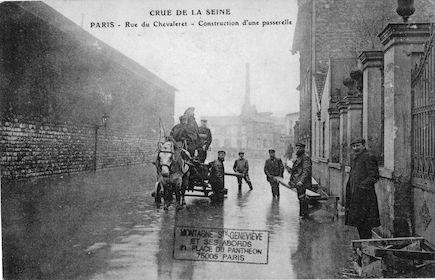 470 Crue de la Seine. Rue du Chevaleret. Construction d'une passerelle
