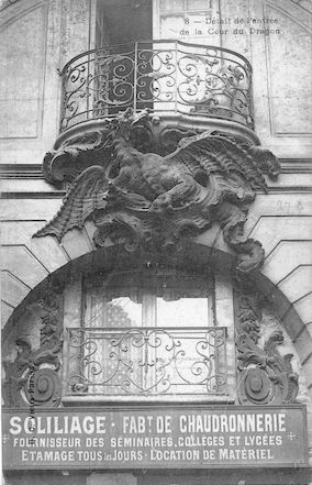 592 Détail de l'entrée de la cour du Dragon