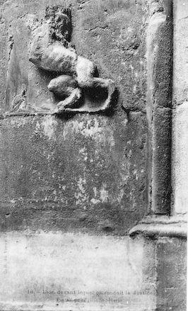 910 Portail de l'église Saint Séverin. Lion devant lequel on rendait la justice